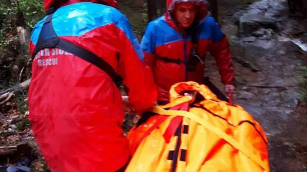 Členové Horské služby Krkonoše vypátrali v úterý brzy ráno dvojici německých turistů, která uvízla přes noc v Labském dole.