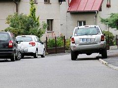 ČERNOU MŮROU pro hasiče, záchranáře a popeláře jsou často odstavená vozidla na chodnících.