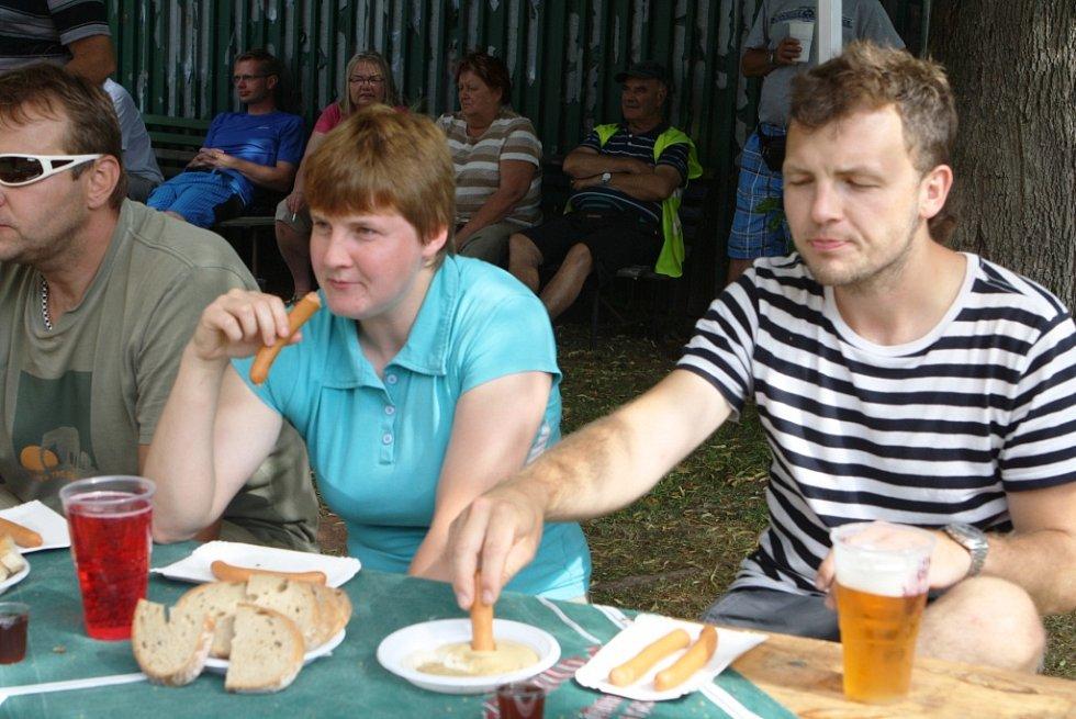 Divákům se ve vedru trochu stahoval žaludek, vítěz snědl 37 párků