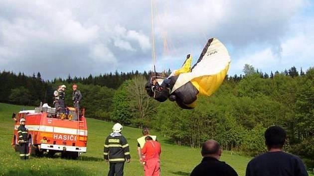 Paraglidista spadl v Albeřicích do drátů vysokého napětí