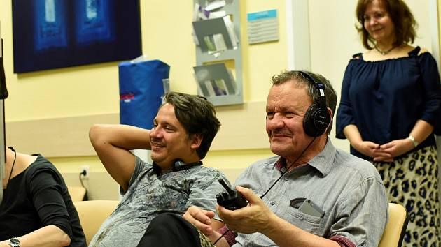 Ondřej Hübl při natáčení televizního seriálu Zkáza Dejvického divadla s režisérem Miroslavem Krobotem.
