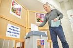 První voliči v hlasovací místnosti na městském úřadě v Trutnově.