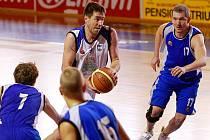 Trutnovský basketbalista Lukáš Houser mezi plzeňskými soupeři.