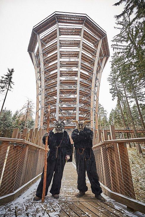 Horda strašidelných čertů obsadila Stezku korunami stromů Krkonoše v Janských Lázních.