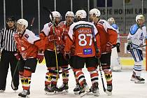 Hokejisté Pardubic slaví jeden z pěti gólů v brance Vrchlabí.