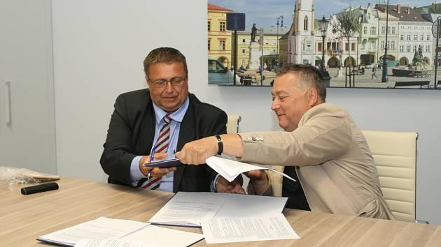 Dojednáno! Předseda představenstva společnosti Arriva Východní Čechy Jindřich Poláček a trutnovský starosta Ivan Adamec podepsali smlouvu na dalších deset let. MHD díky tomu bude plně ekologická.