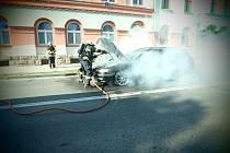 V Pražské ulici v Trutnově likvidovali místní profesionální hasiči požár osobního vozidla. Automobil na benzínový pohon začal hořet v motorovém prostoru po dopravní nehodě.