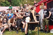 Francouzka Luisa si užívá festival v Trutnově. Je prostě bláznivější než ty v jiných zemích, říká.