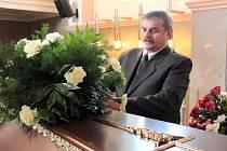 ZAJIŠTĚNÍ POHŘEBNÍHO OBŘADU a manipulace s lidskými ostatky patří k hlavní náplni pohřebních služeb. Živnost Jaroslava Jansy už několikrát získala ocenění spolehlivá firma.