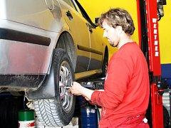 V PNEUSERVISU vám při přezouvání pneumatik kola také vyváží.
