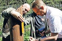 SLAVNOSTNÍHO OTEVŘENÍ CYKLOTRAS v Malé Úpě se účastnil také náměstek ministra životního prostředí Tomáš Tesař, který na místě připevnil jednu tabulku s označením.
