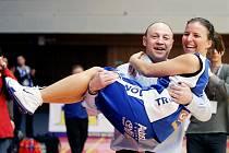 Trenér Martin Petrovický splnil slib a po vítězném finále odnáší Darinu Mišurovou ze hřiště. A nejen tu.