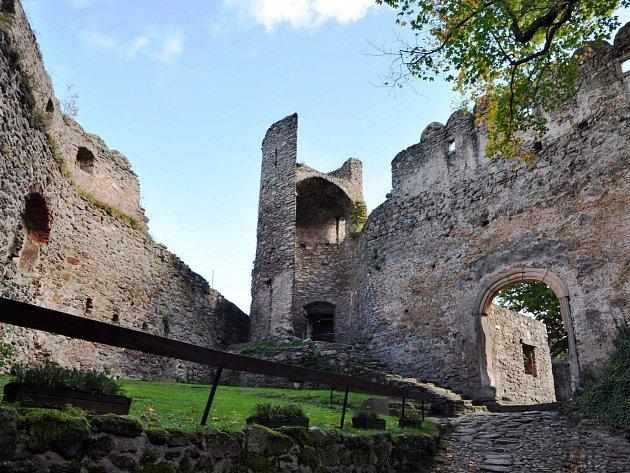 VSTUP DO POLSKÉ části národního parku zaplatíte, i když vaším cílem není chráněná příroda. Pokud se vydáte třeba na hrad Chojnik, zaplatíte na začátku cesty v obci  Sobieszów a pak vstupné na hradě samotném.