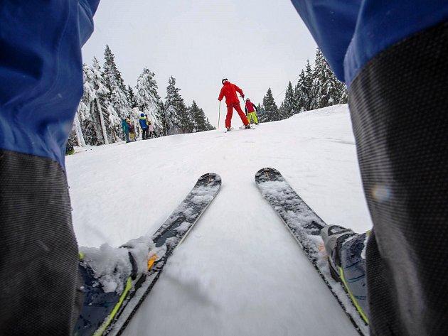 Horská střediska lákají lyžaře na nově otevřené sjezdovky.