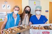 Zpěvačka Kamila Nývltová napekla dortíky pro zdravotníky v trutnovské nemocnici.