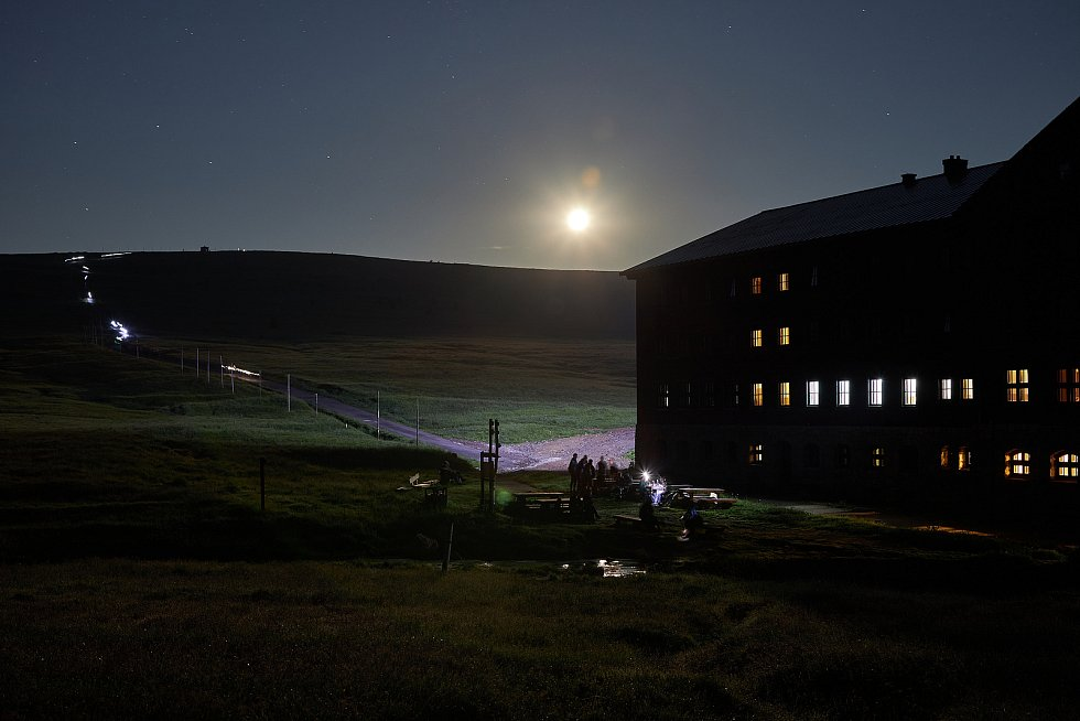 Čtyřiačtyřicátý ročník nočního výstupu z Dolní Kalné na Sněžku za východem Slunce absolvovalo 585 účastníků.