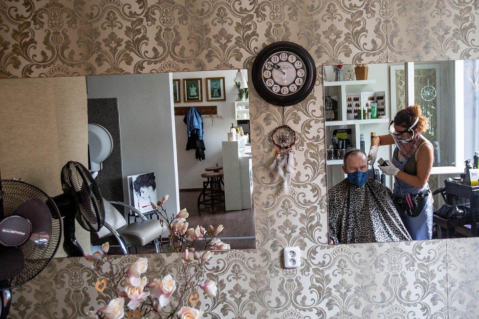 Marta Kučerová z trutnovského kadeřnictví YES v pondělí znovu otevřela dveře zákazníkům. Vedle čtyř žen ostříhala také jednoho muže.