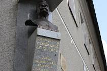 Busta Karla Kramáře na rodném domě ve Vysokém nad Jizerou. Odhalena byla v roce 1927, v roce 1943 byla odtud odstraněna na příkaz nacistů a po válce zazděna před komunisty.