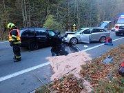 Čelní střet automobilů odnesli zraněním dva lidé.
