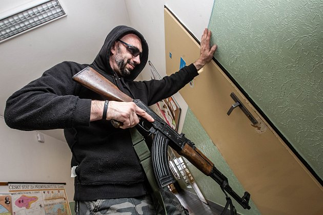 STŘELEC VE ŠKOLE! Muž se zbraní vruce se dobývá do třídy.