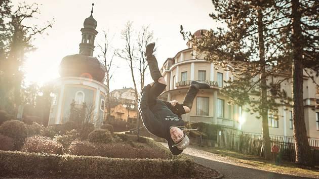ÚPICE, město, kde se narodili jak autoři filmu Gravitation Denisa Gumbírová a Petr Špetla, tak jeden z protagonistů – Jakub Jim Dohnal, adrenalinový sportovec.