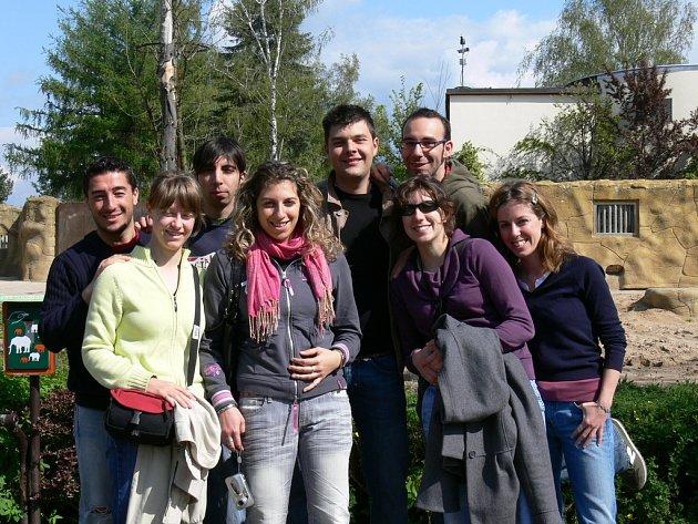 Účastníci mezinárodního družebního turnaje na návštěve zoo