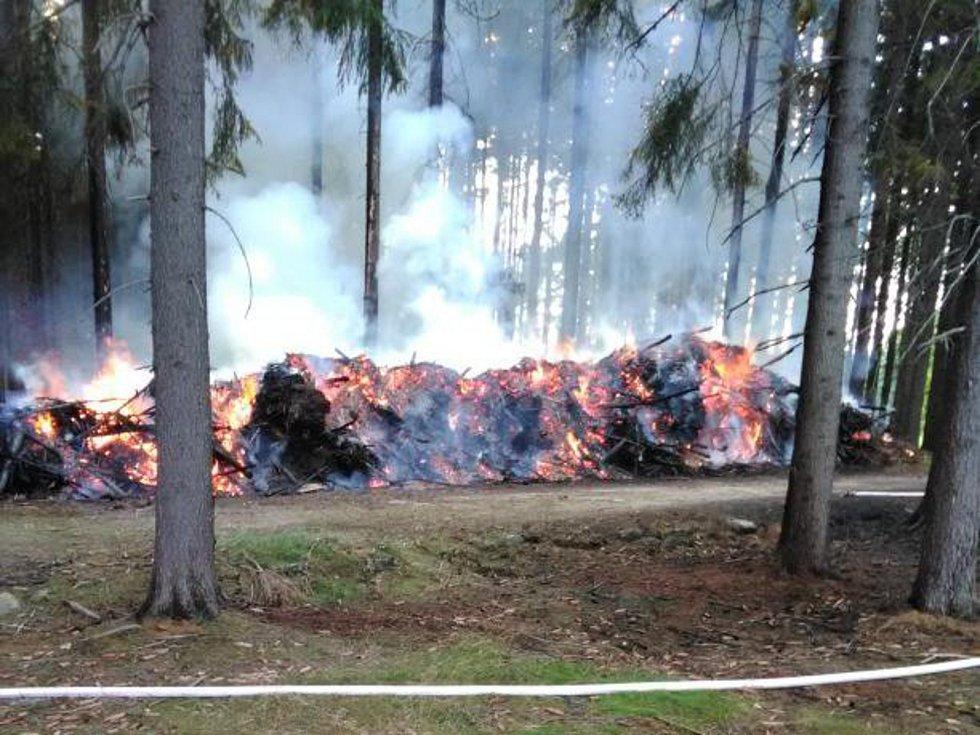 V Hájemství chytilo klestí, do lesa se oheň nedostal.