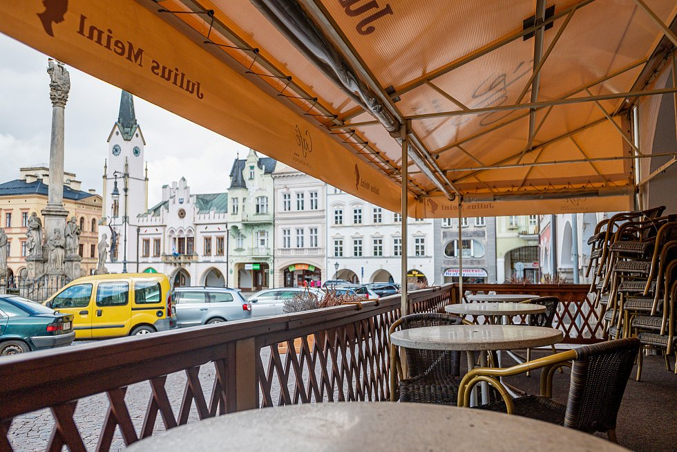 Café U tří korunek v centru Trutnova.