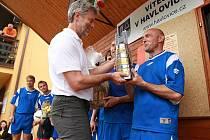 Jaroslav Vejprava potřetí v řadě přebírá z rukou havlovického starosty Pavla Dvořáčka  putovní trofej určenou pro vítěze HAPO.