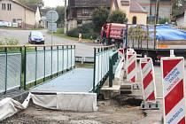 LÁVKY PRO PĚŠÍ vyrostly po obou stranách mostu přes doubravický potok kvůli bezpečnosti občanů.
