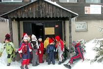 V Malé Úpě dostávali žáci vysvědčení přímo na sněhu