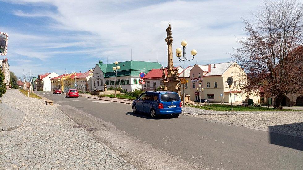 ZÁPLATY A DÍRY uprostřed třítisícového města. Silnice je sice v kategorii 2. třídy, ale je turisty hodně využívanou spojnicí mezi příhraničím a lyžařskými středisky.