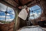 Specialista na věžní hodiny Ivan Šmerda z Hodkovic nad Mohelkou při montáži ve věži historické radnice ve Svobodě nad Úpou.