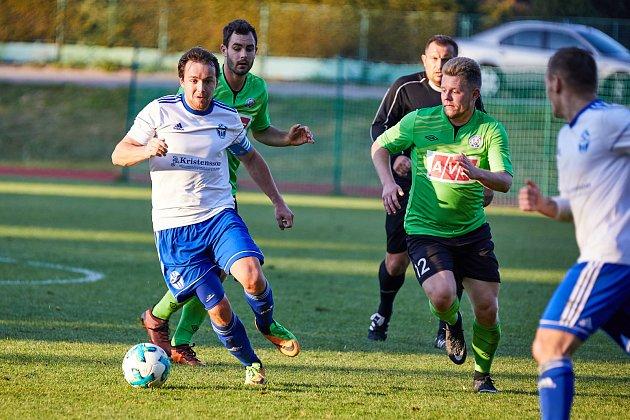 Petr Holubec útočí.