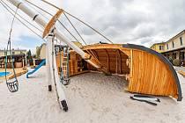 Neobvyklá atrakce vznikla u restaurace Za Vodou ve Dvoře Králové nad Labem. Tesař tam vyrobil desetimetrový vrak lodi.