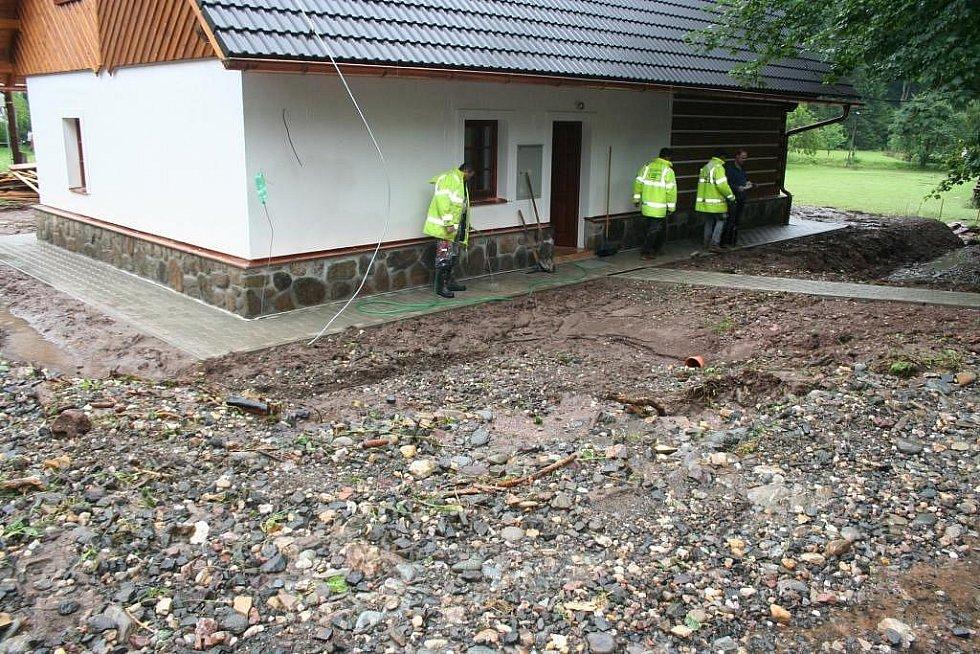 Povodeň na Jilemnicku - V Dolních Štěpanicích v lokalitě na Rovinách přišel příděl vody z katastru Víchové n. Jiz. kde promlelo cestu i okolí nové roubenky, kde došlo ke zničení terenních úprav a septiku.