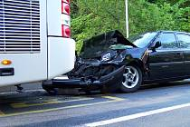 Řidič osobního vozidla narazil do autobusu na zastávce