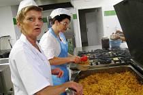 MODERNÍ kuchyni si vybojovali v Pilníkově.