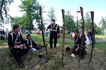 Vzpomínka na válku 1866: vojáci bojující na poli i natírání kamene