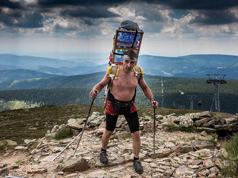 Zdeněk Pácha patří k tradičním účastníkům krkonošského Sněžka Sherpa Cupu, při kterém si nevystačí se základní mírou čtyřiceti kilogramů, ale dobrovolně táhne o dvacet víc. Teď se chystá na rekordní výkon.