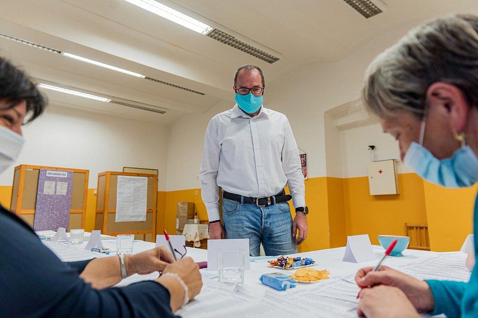 Druhé kolo senátních voleb ve Dvoře Králové nad Labem ve volebním okrsku ZŠ 5. května. V pátek odpoledne tam přišel volit i starosta Jan Jarolím.