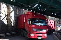 V Trutnově Poříčí se zasekl pod viaduktem kamion.