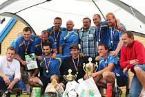 TRIUMFÁLNĚ OSLAVILI svůj primát fotbalisté vítězného týmu FC Drtič. Ceny jim vedle organizátora Josefa Špůra (vlevo) a starosty obce Petra Hrubého (vpravo) předával i Antonín Panenka.