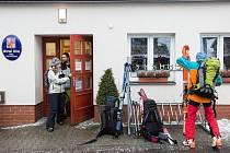 V krkonošských horských střediscích míří lidé k volebním místnostem se sjezdovkami, běžkami, snowboardy i sáňkami.