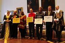 OCENĚNÍ ZA EKOLOGICKOU VÝCHOVU získali laureáti v jičínském Valdštejnském zámku. Slavnost se tento týden odehrála v porotním sále.