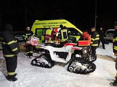 Podchlazeného a vyčerpaného muže maršovští hasiči zachránili i díky čtyřkolce.