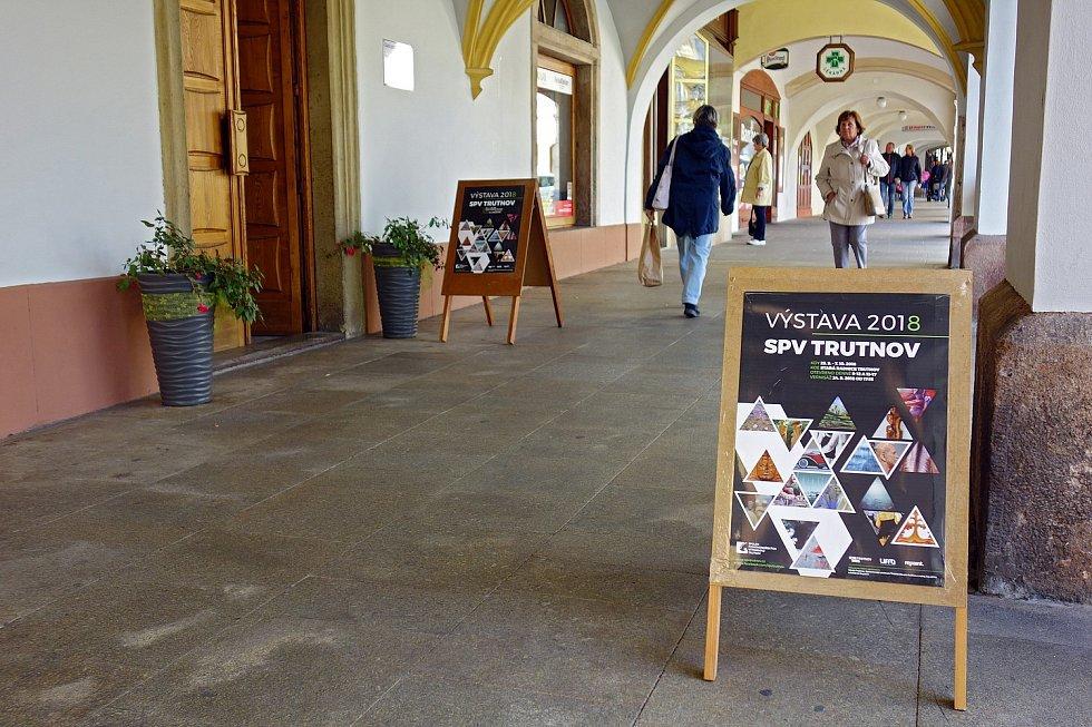 Z výstavy Spolku podkrkonošských výtvarníků ve Staré radnici na Krakonošově náměstí v Trutnově.