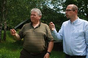 Hejtman Královéhradeckého kraje Jiří Štěpán (vpravo) přijel do Bernartic, kde vlci zahubili deset daňků v oboře soukromého majitele Jiřího Kučery (vlevo).