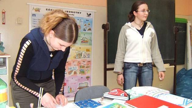 V páté třídě Základní školy Bernartice se výuky angličtiny včera ujaly Zdeňka Kroupová a Blanka Pochobradská.
