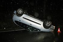 Na silnici mezi Petříkovicemi a Trutnovem havarovalo auto, po nehodě zůstalo na střeše.